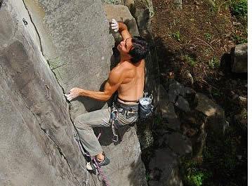 Cesar Melendez på The Ultimate 5.12b, en av de 7 mest kraftfulla och tekniska klättringarna i Panama (Boquete - Mana sektorn) Foto: Christian Schrieffer